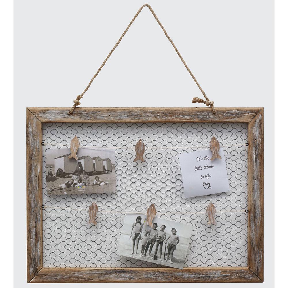 Bilderwand aus Treibholz mit Hühnerdraht und Klammern